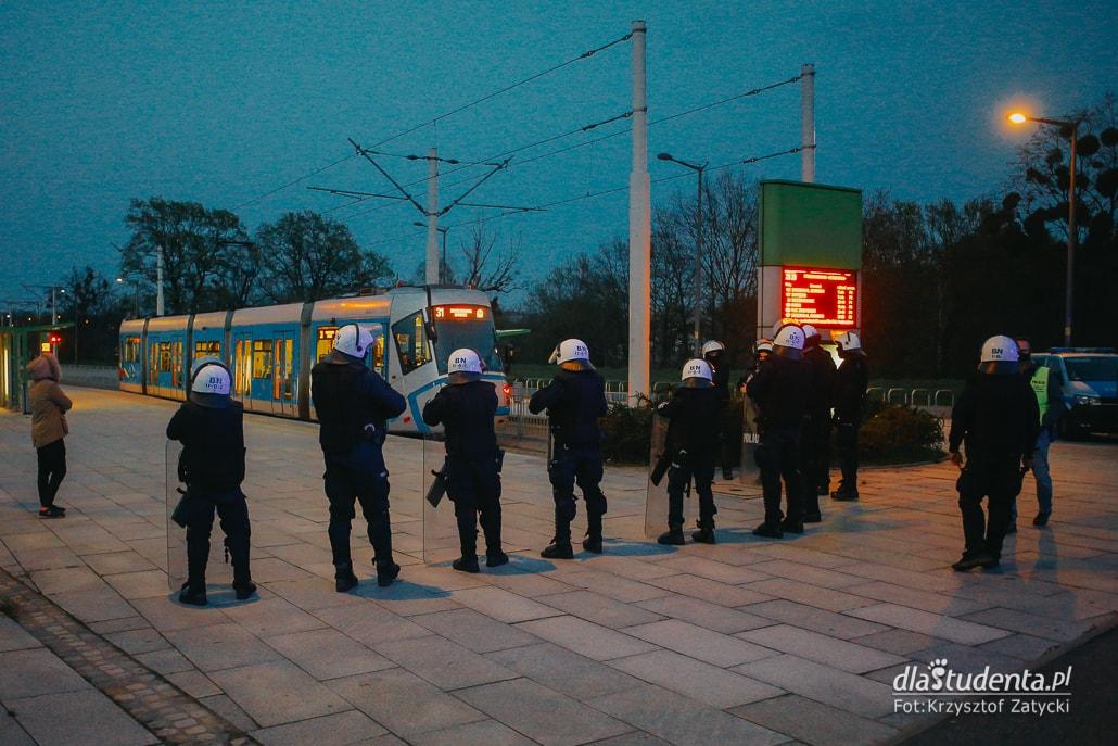 WKS Śląsk Wrocław -  KGHM Zagłębie Lubin: Kibice pod stadionem  - zdjęcie nr 10