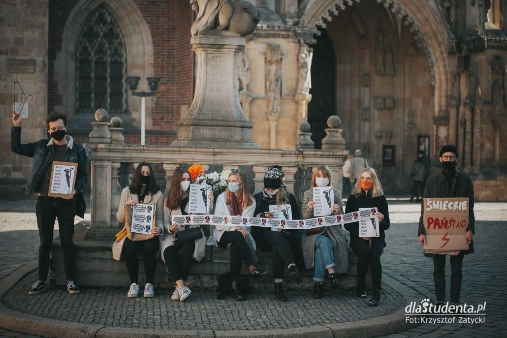 Strajk Kobiet - manifestacja pod wrocławską Katedrą