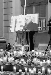 Światełko pamięci dla Pawła Adamowicza w Warszawie