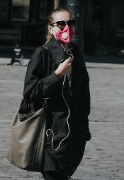 Koronawirus: Ludzie w maseczkach wyszli spacerować