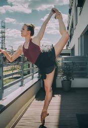 Koronawirus: tancerka baletowa trenuje w czasie kwarantanny