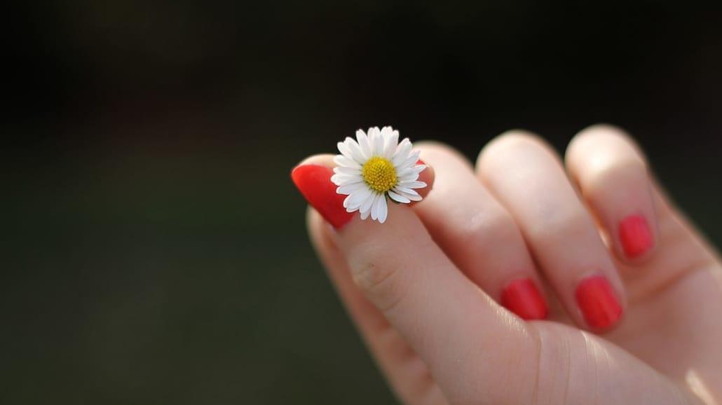 Jak wzmocnić paznokcie po hybrydzie? 6 kroków do regeneracji