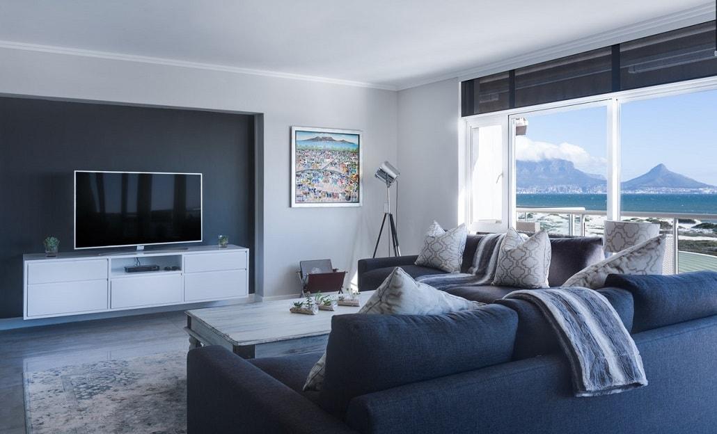 Zdjęcie jasnego pokoju w drogim apartamencie