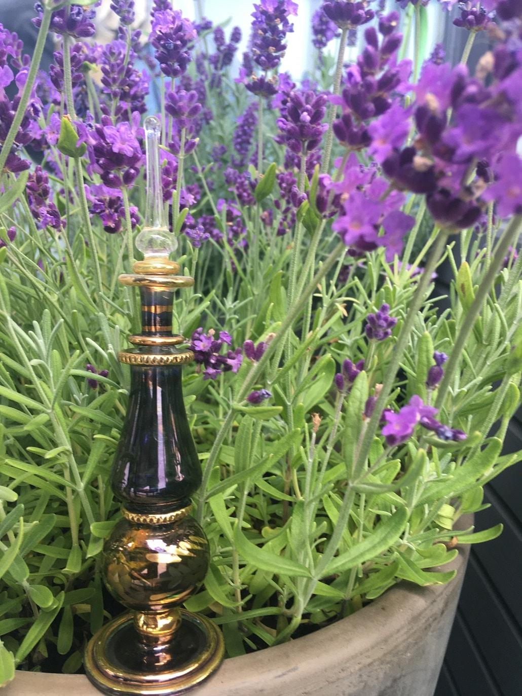 Kwiaty i buteleczka na perfumy