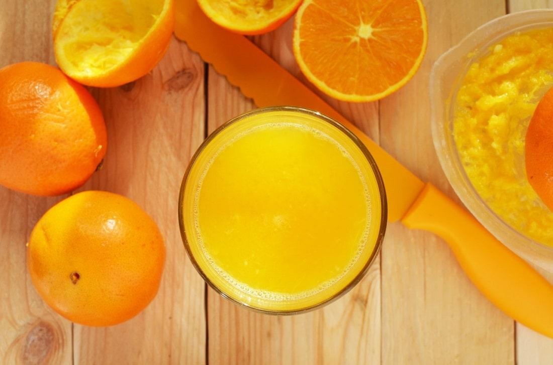 Sok i pokrojone pomarańcze