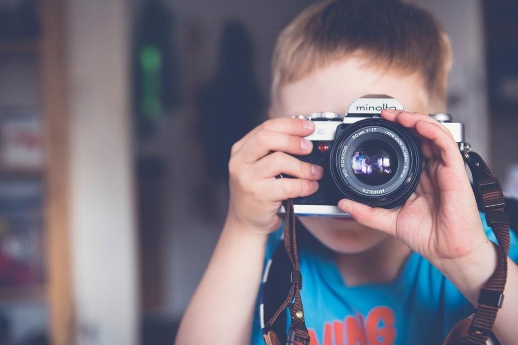 Dziecko z aparatem fotograficznym
