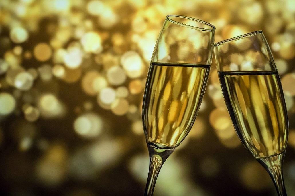 kieliszki z białym winem lub szampanem