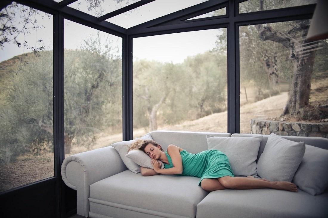Kobieta śpiąca na łóżku