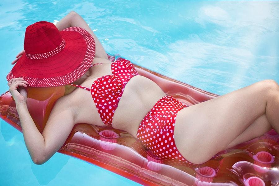 kobieta w stroju kąpielowym