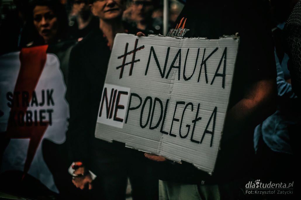 Zobacz zdjęcia z protestu studentów pod Instytutem Filologii Polskiej UWr!