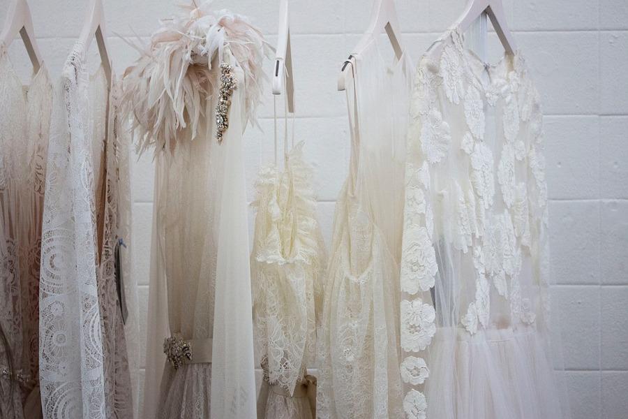 białe sukienki w szafie