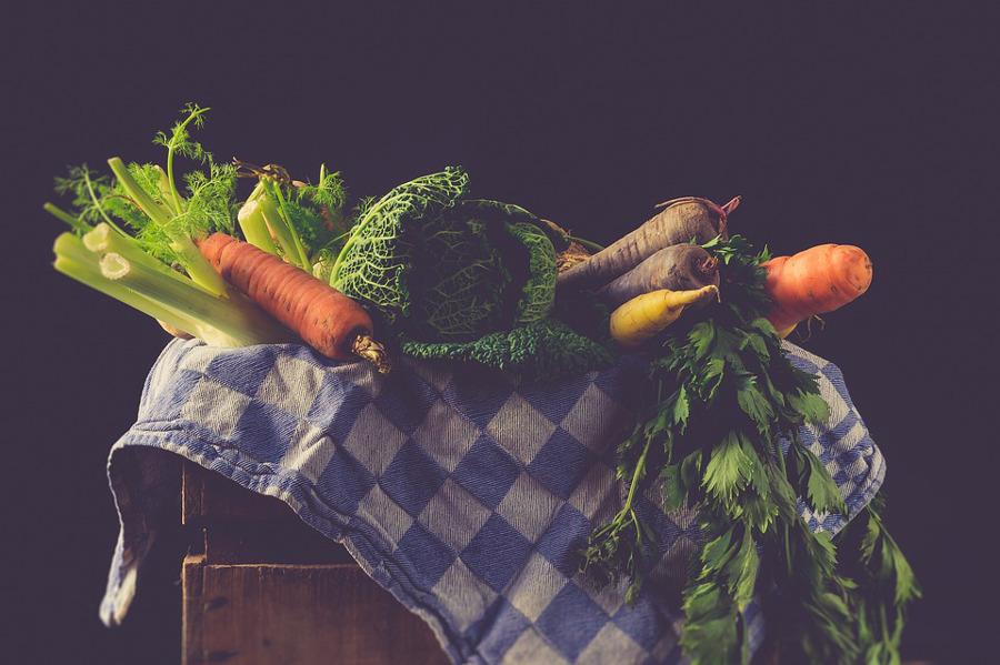 warzywa na niebiesko-białym obrusie