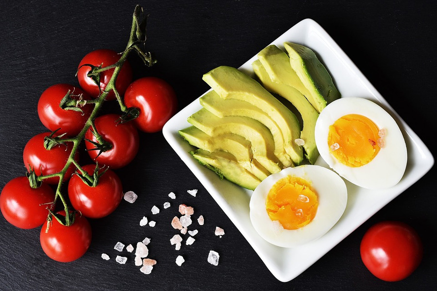 awokado jajko i pomidory