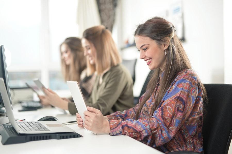 uśmiechnięta kobieta przy laptopie