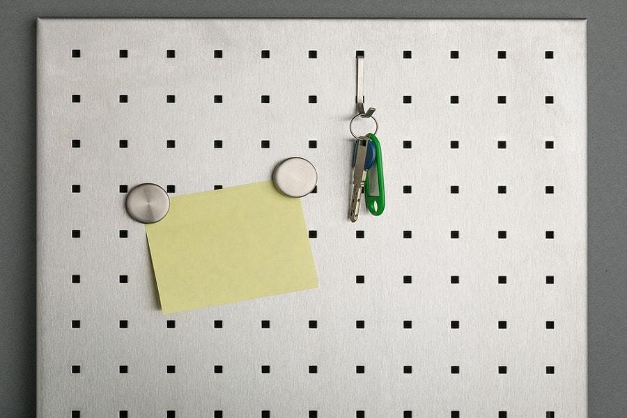 tablica z kluczami i kartką