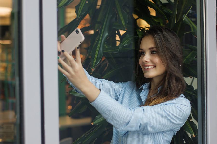 dziewczyna robiąca selfie