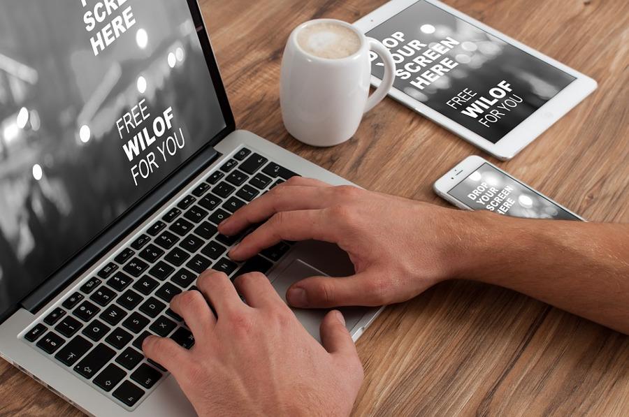 ręce piszące na laptopie