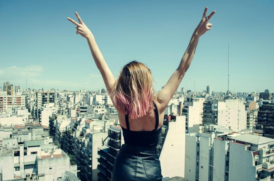 kobieta z rękami do góry