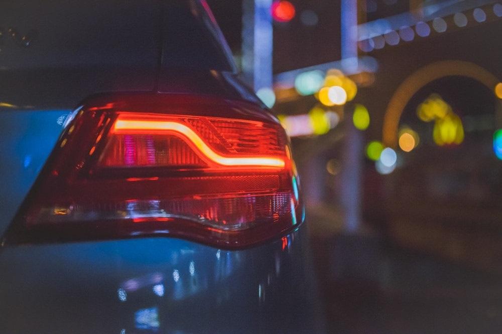 Przećwicz przed egzaminem na prawo jazdy i zobacz, jakie są światła w samochodzie.