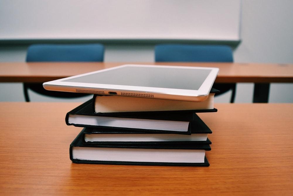 Który tryb studiów jest bardziej opłacalny dla studenta?