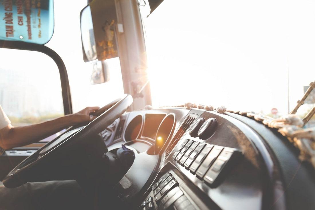 W zderzeniu ciężarówki i autobusu zginęły dwie osoby, a cztery zostały ranne.
