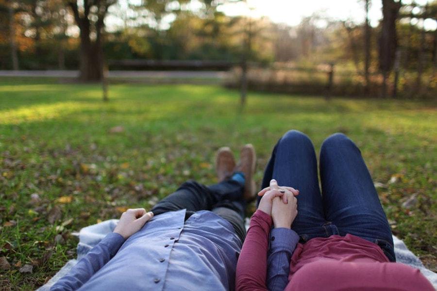 para leżąca na trawie