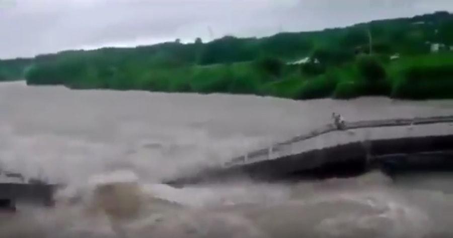 Powódź na Kubie. Dwoje ludzie cudem uciekło przez zawaljącym się mostem! [WIDEO]