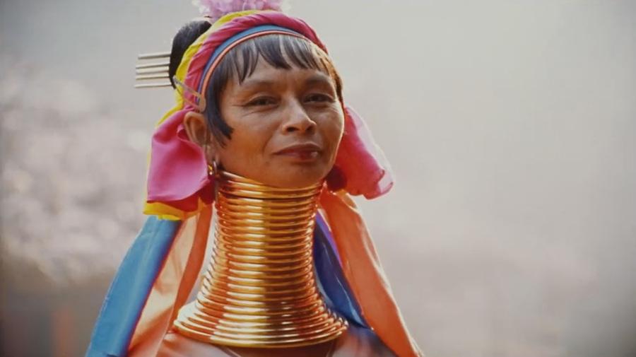 kobieta z wydłużoną szyją