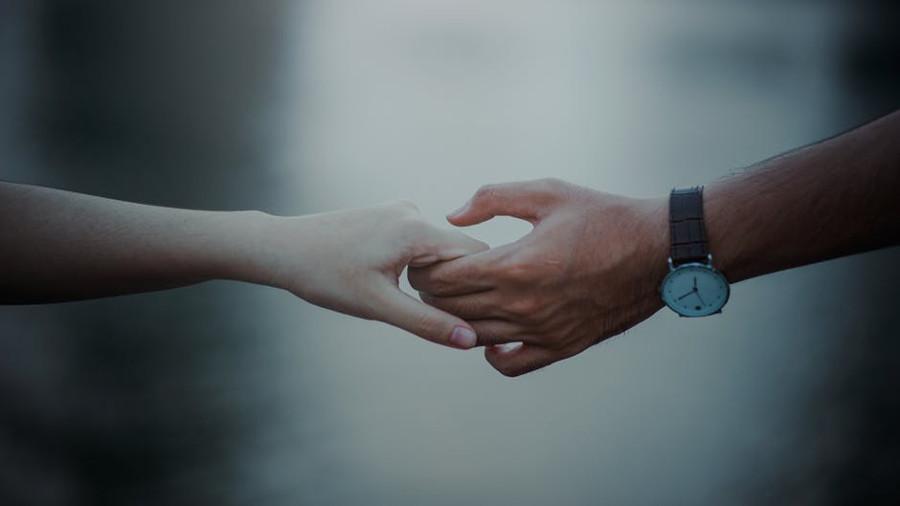 dłonie kobiety i mężczyzny