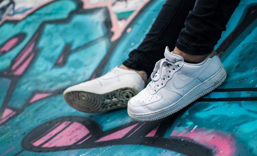 białe sportowe buty
