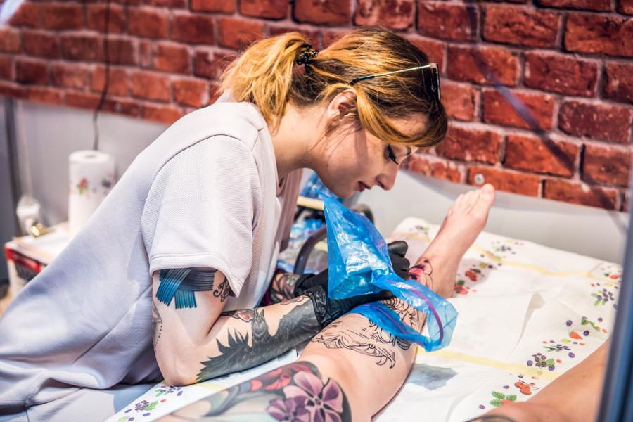 kobieta tatuująca