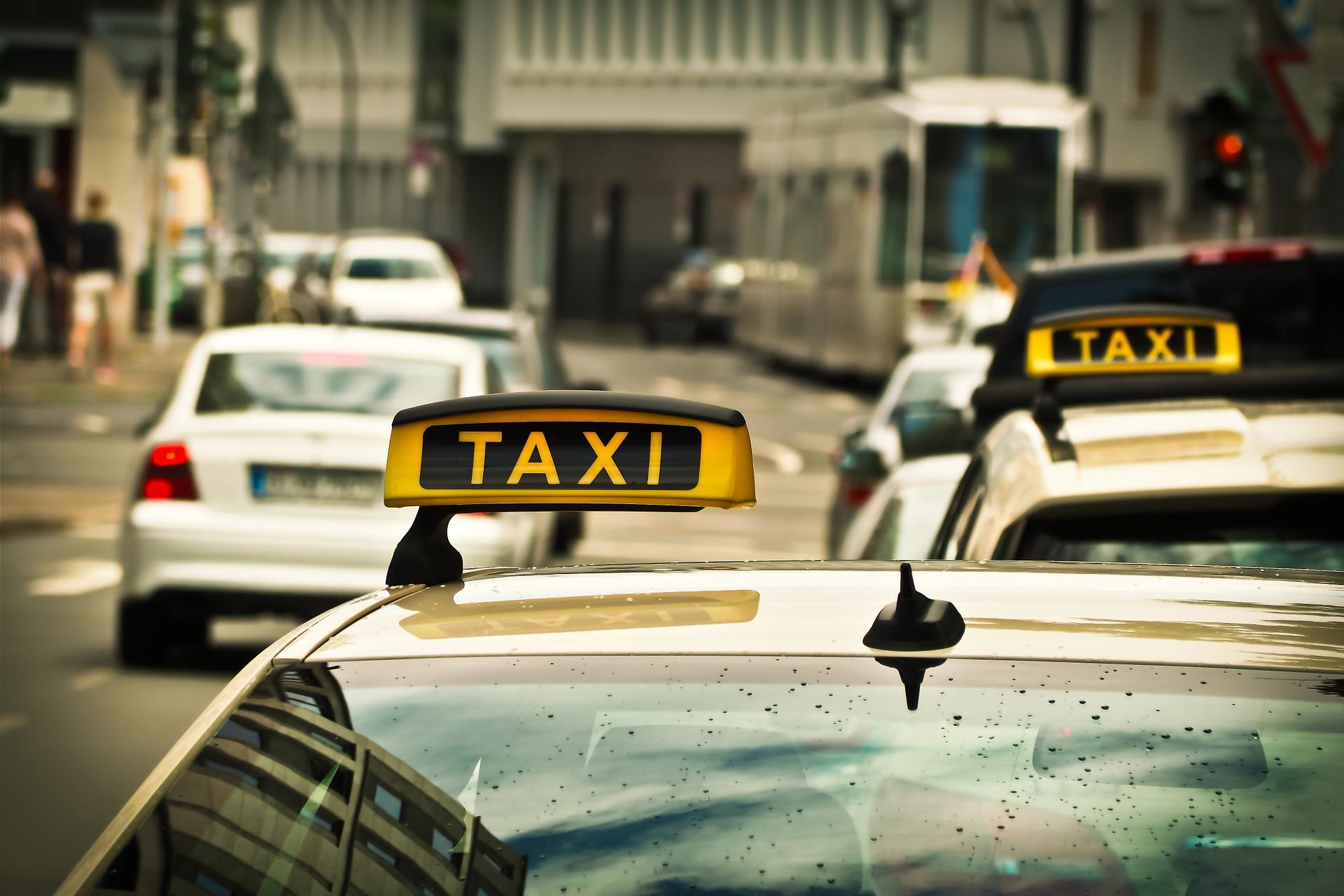 Taksówką na uczelnię? Sprawdź, ile zapłacisz za przejazd