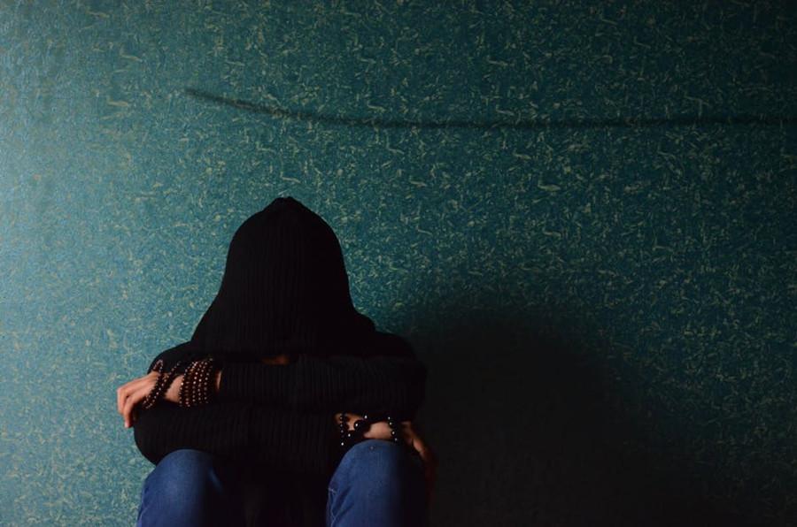 smutny mężczyna siedzący na podłodze