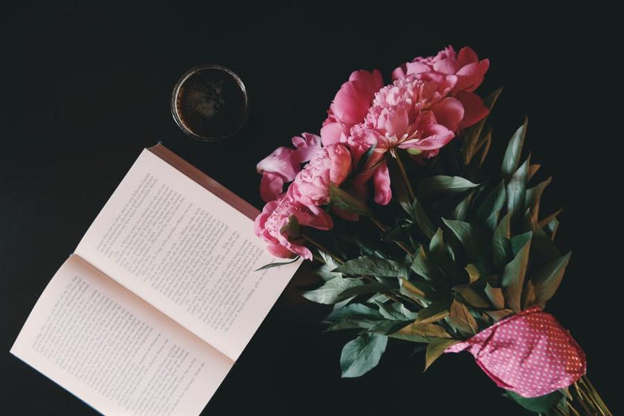 bukiet kwiatów i książka