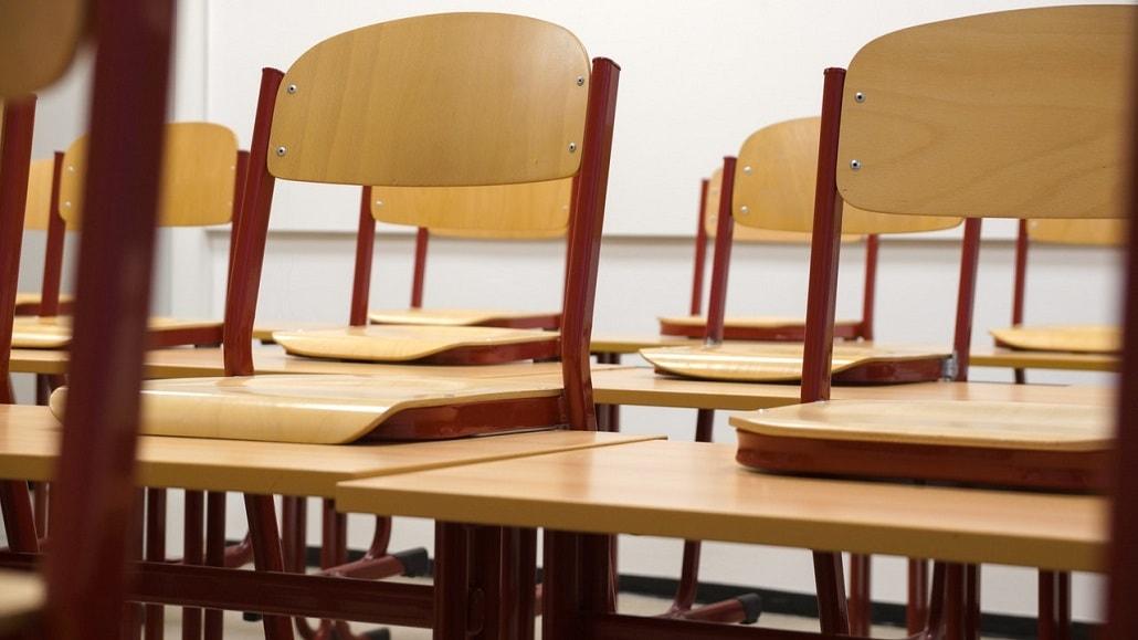 Puste ławki szkolne