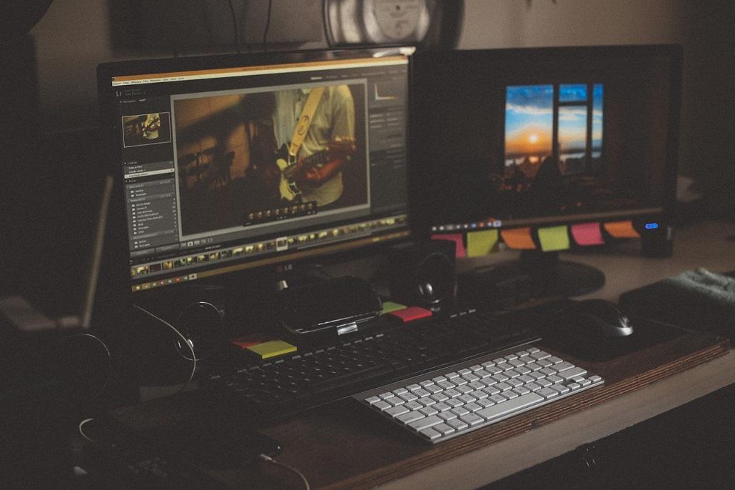 Płaski monitor przy biurku