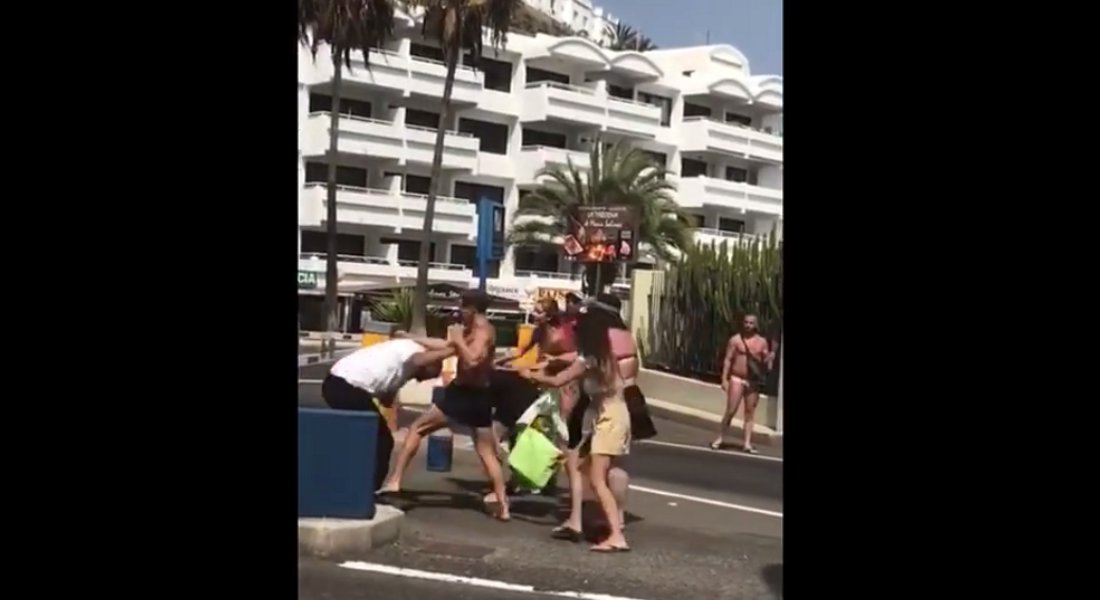 Przechodnie przyłączali się do bójki kierowców na parkingu.