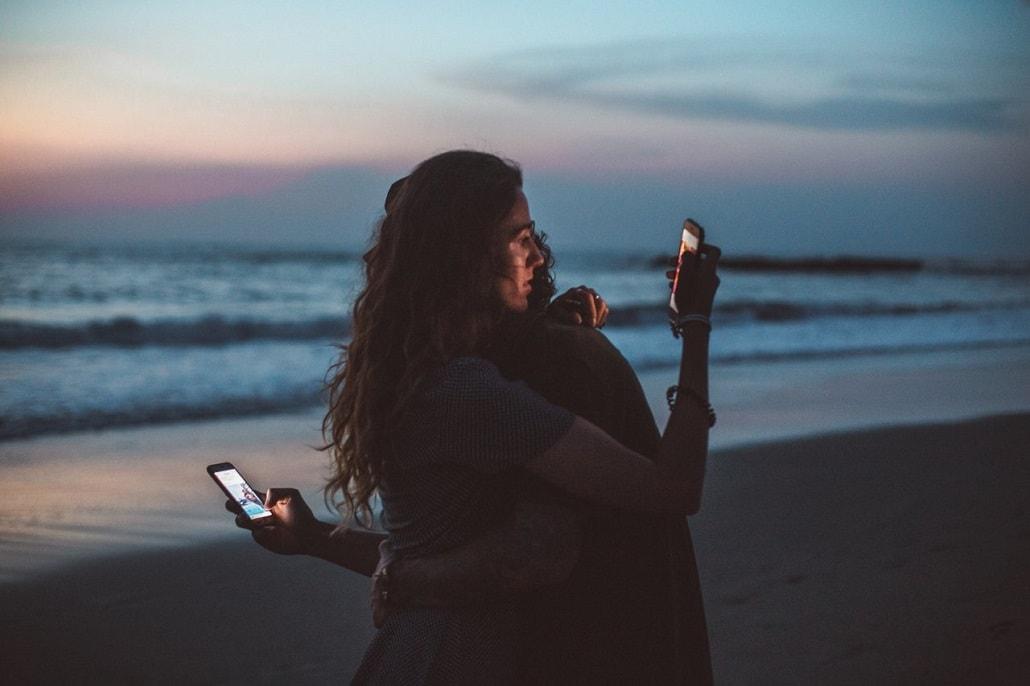 Para trzymająca telefony