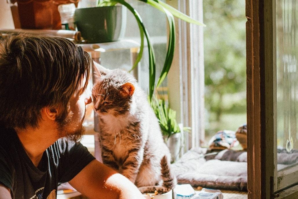 Mężczyzna z kotem