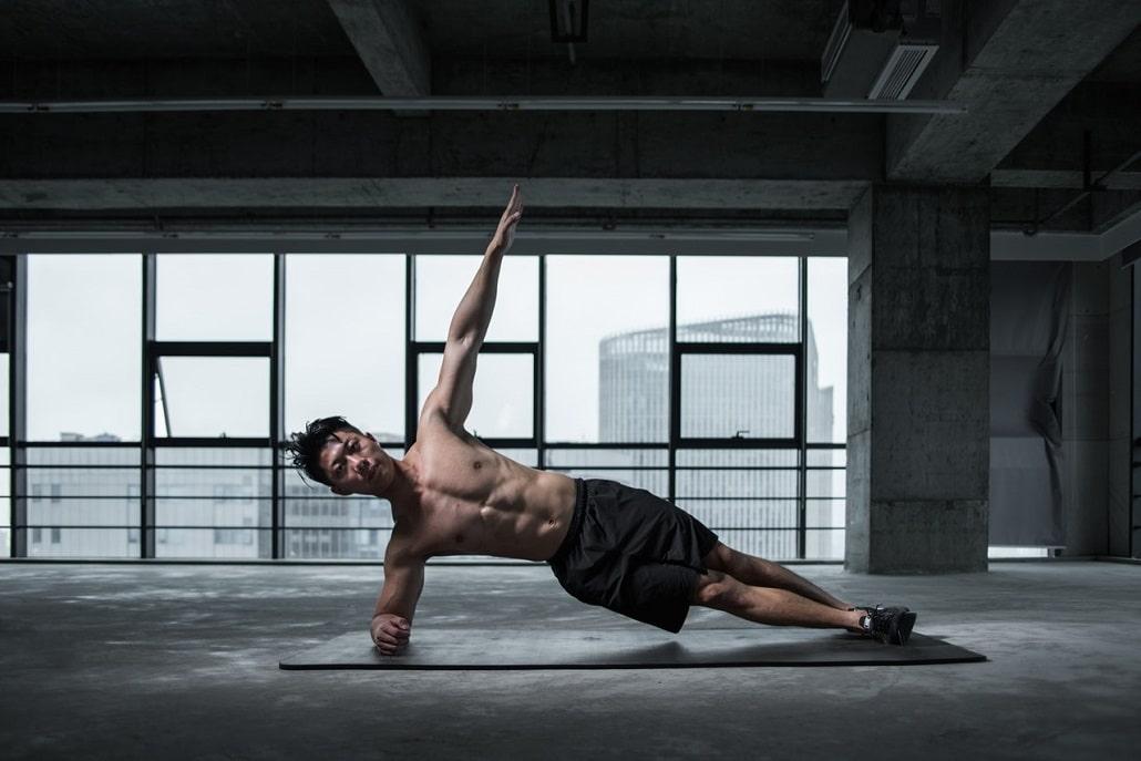 Meżczyzna wykonuje ćwiczenia fizyczne