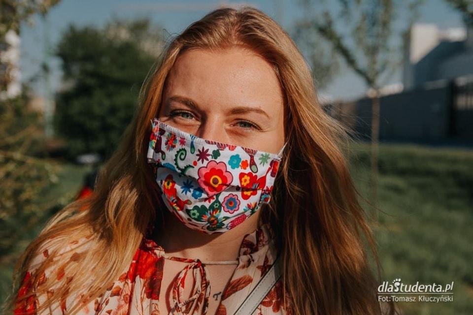 Kobieta z kolorową maseczką na twarzy