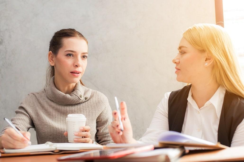 Dwie kobiety rozmawiają ze sobą
