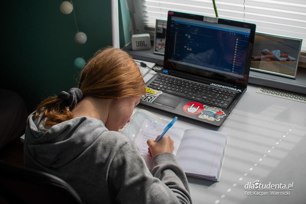 Młoda dziewczyna przed komputerem