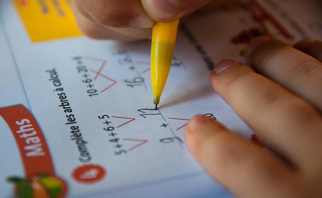 Dziecko wypełnia test
