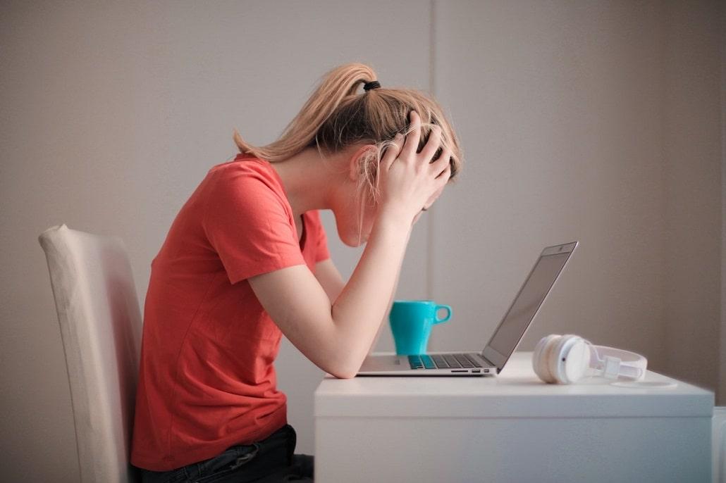 Wściekła kobieta przed komputerem