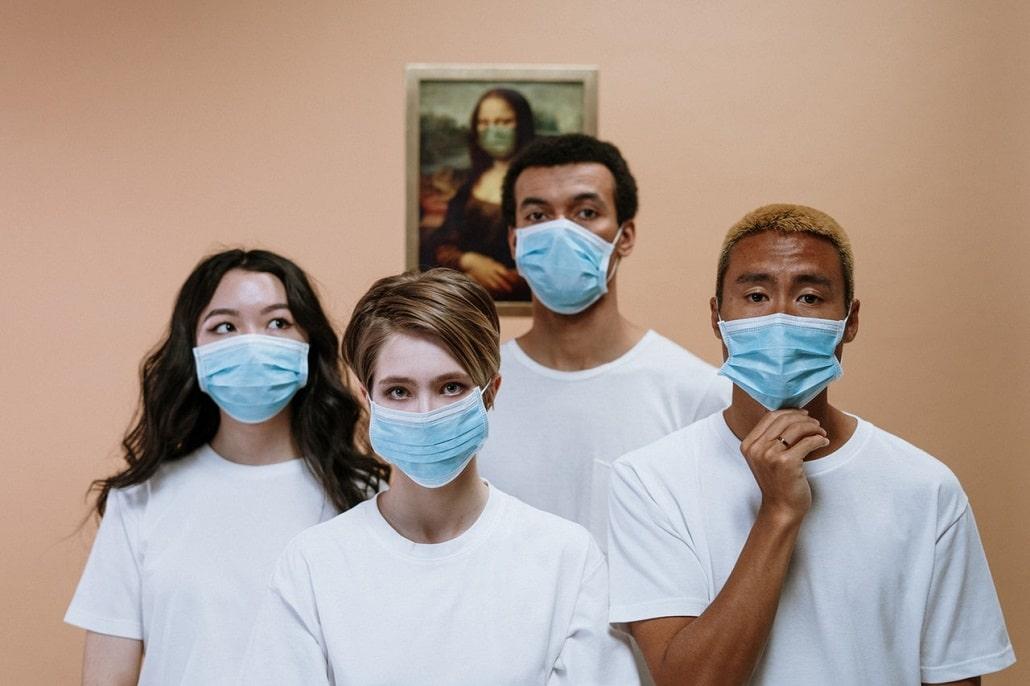 Młodzi ludzie w maseczkach, epidemia, koronawirus