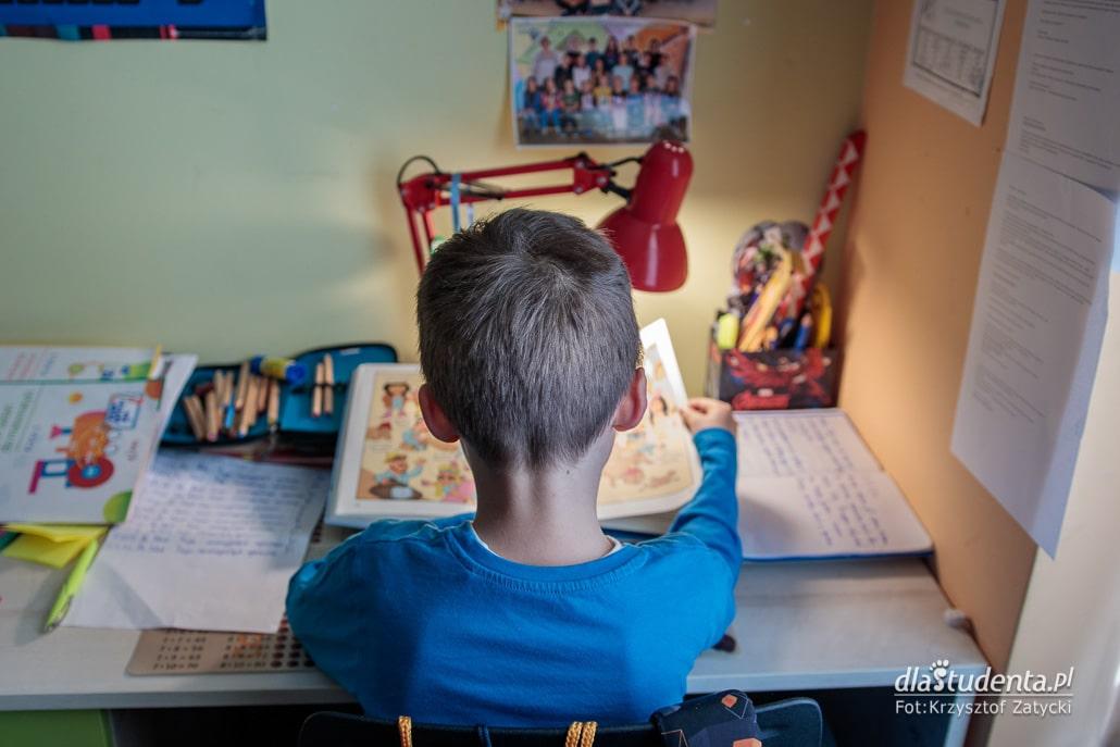 Dziecko sie uczy przy biurku