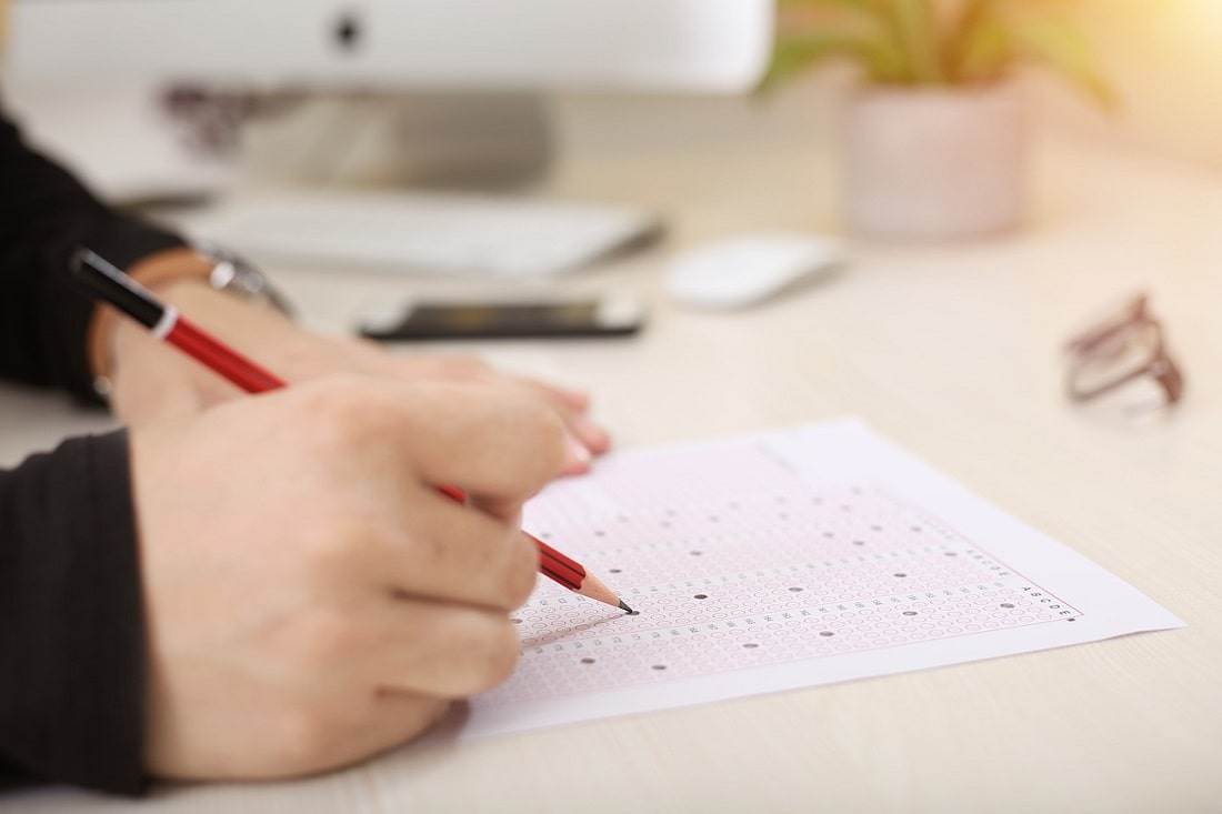 Uczeń pisze egzamin