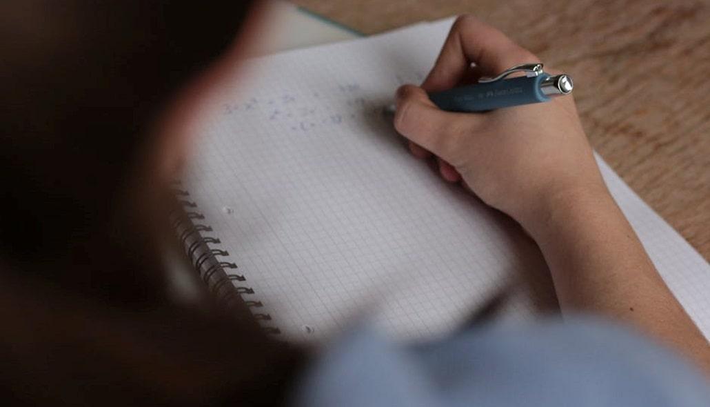 Uczeń w trakcie robienia notatek