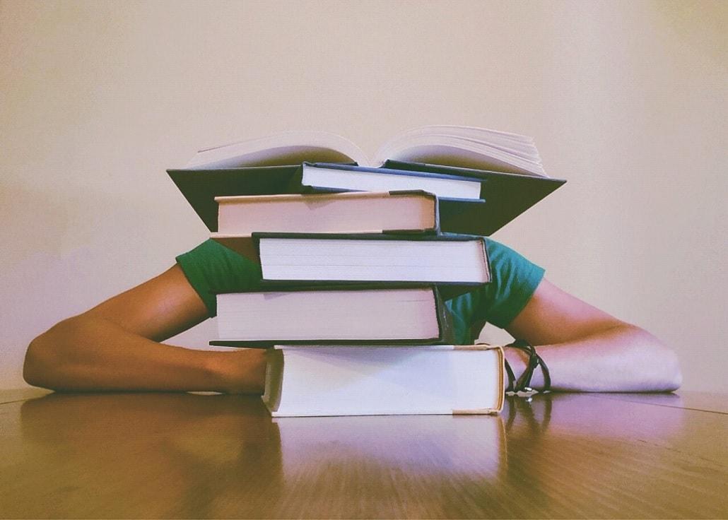 Książki na stole, symbol uczenia się